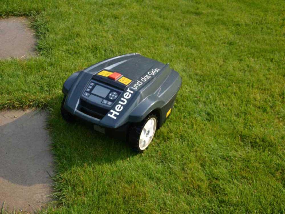 Lehnen Sie sich zurück! Vollautomatische Mähroboter übernehmen das Rasenmähen