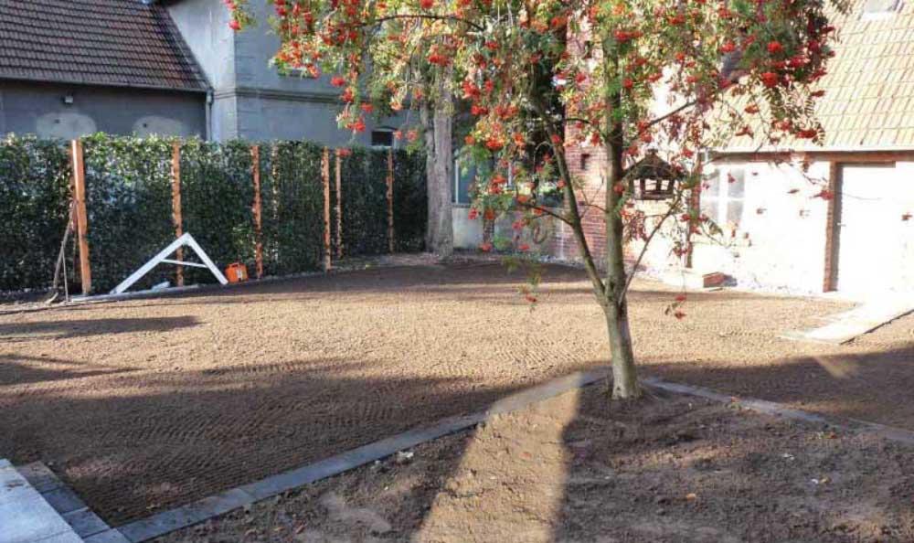 Das Rasenplanum ist die richtige Basis für die neue Rollrasenfläche