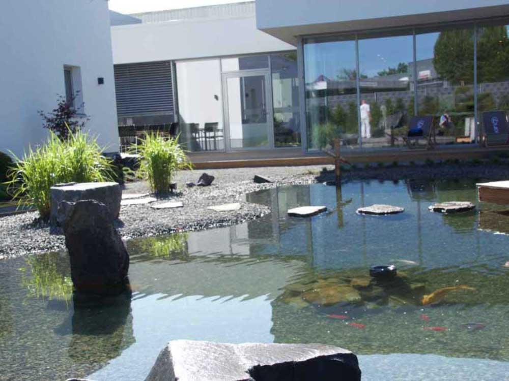 Trittplatten, Quellsteine oder Fontäne sind das i-Tüpfelchen einer Teichanlage