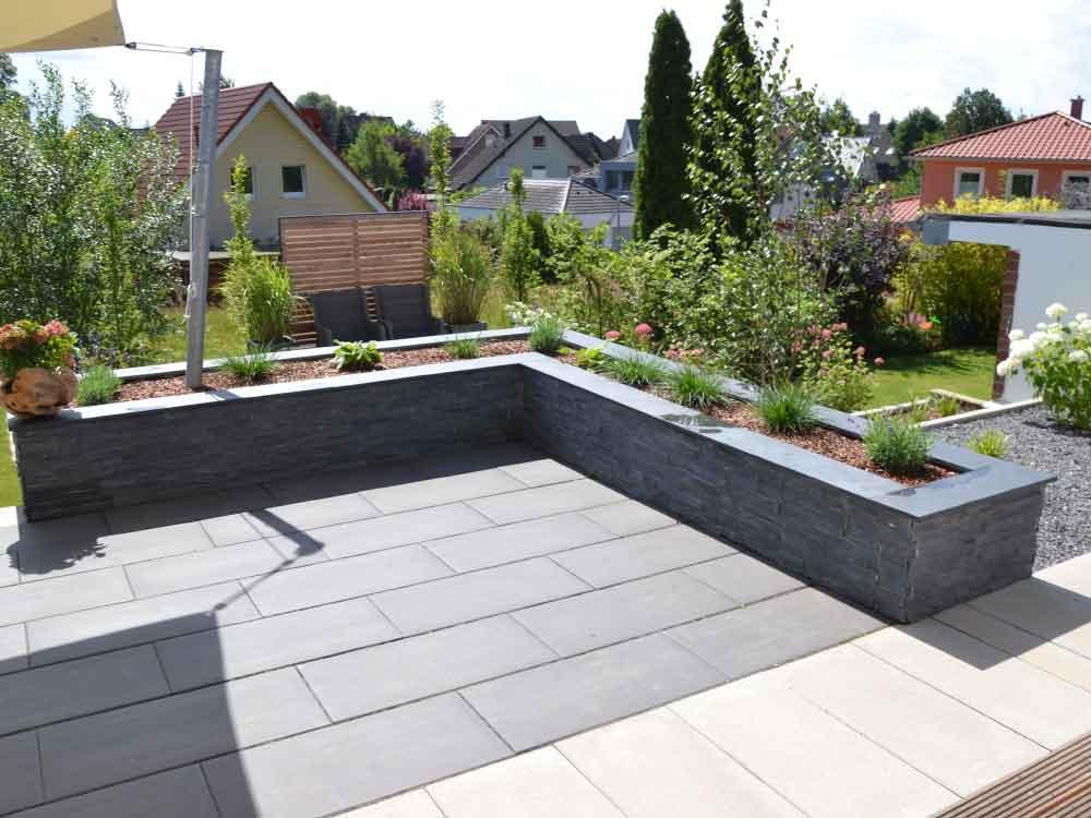 Hochwertige Terrassengestaltung mit großformatigen Betonplatten