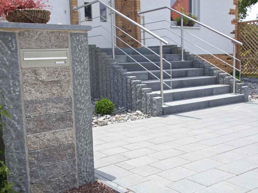 Kombination aus Beton-und Naturstein für die Gestaltung des Eingangsbereiches