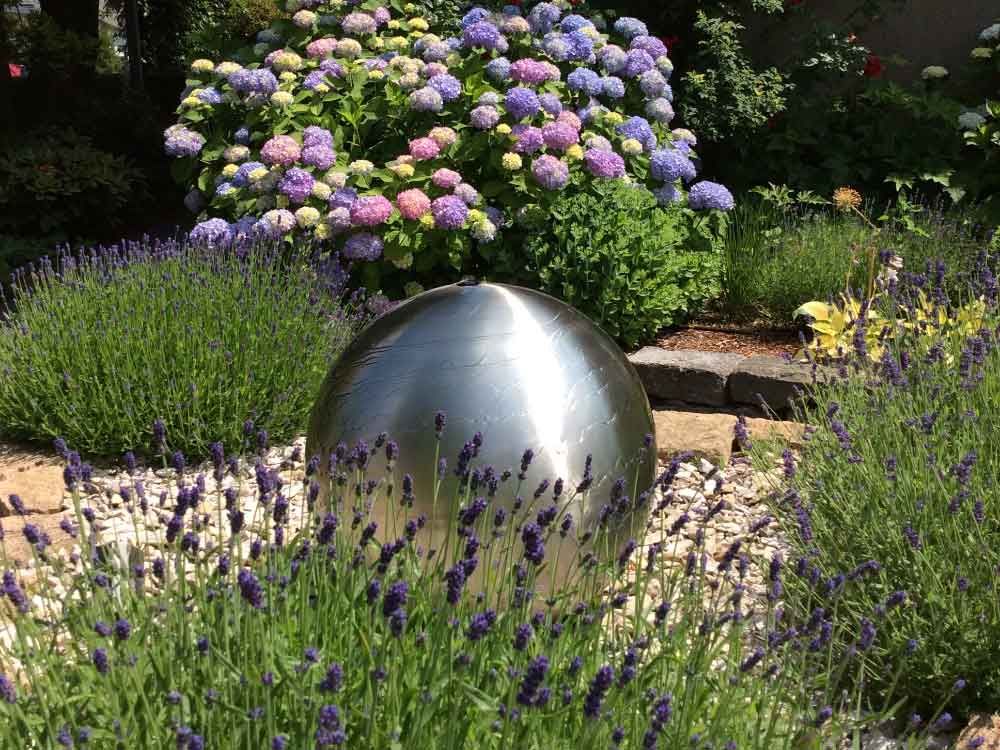 Blumenbeet mit Kugelbrunnen