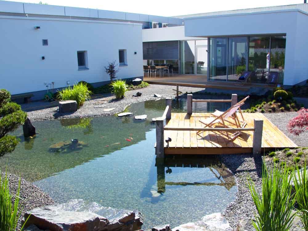 Japanischer Garten mit Holzdeck bei Auto-Weller