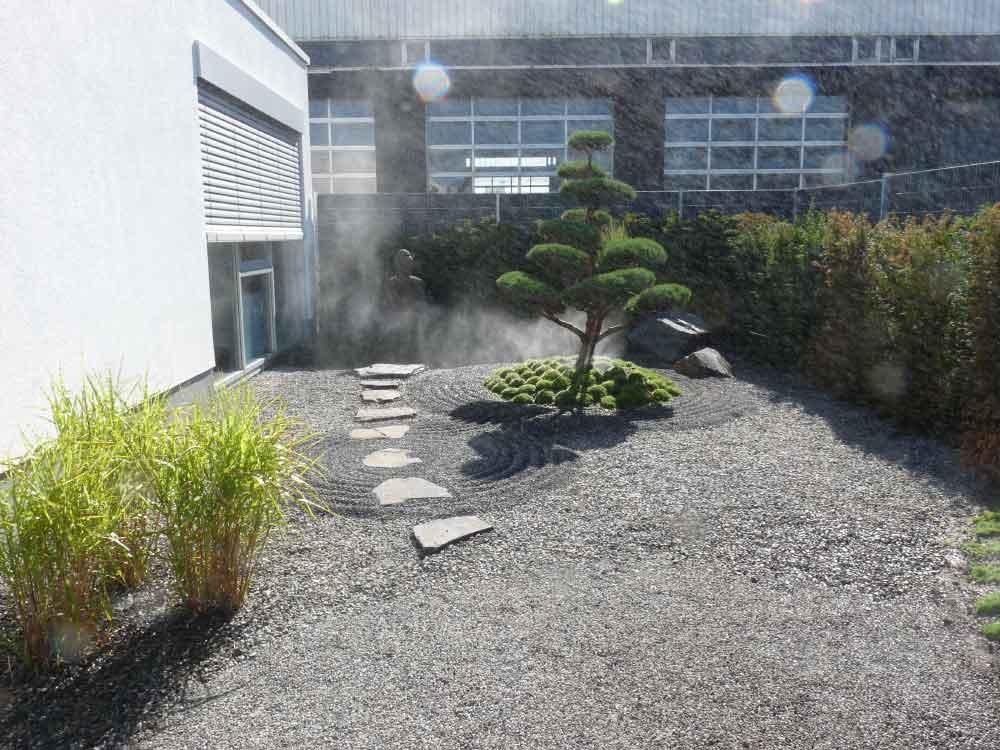 Japanischer Garten mit Bepflanzung bei Auto-Weller