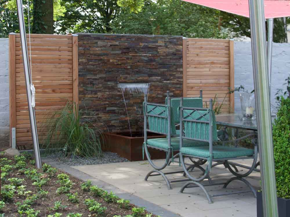 Sichtschutz-Kombination aus Holzelementen und Natursteinmauerwerk