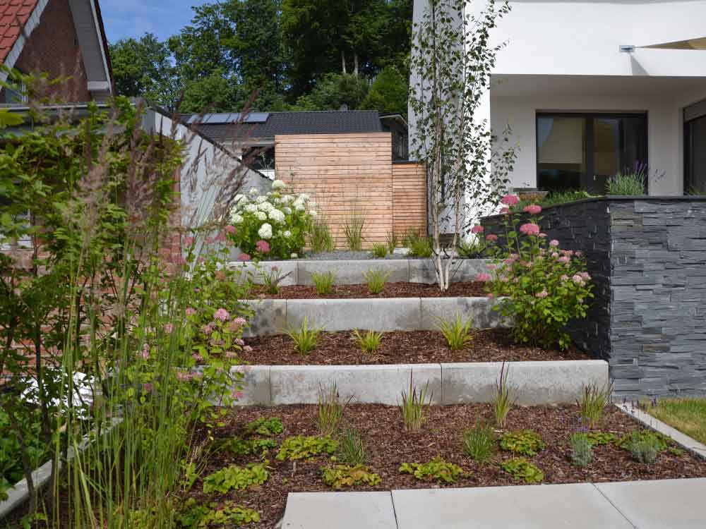 Stufenbeet mit verschiedenen Pflanzen