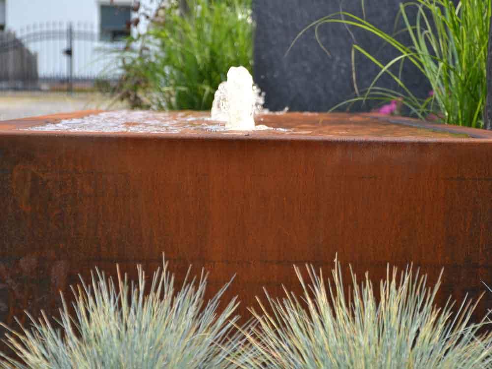 Schaugarten mit einem Brunnen aus Cortenstahl