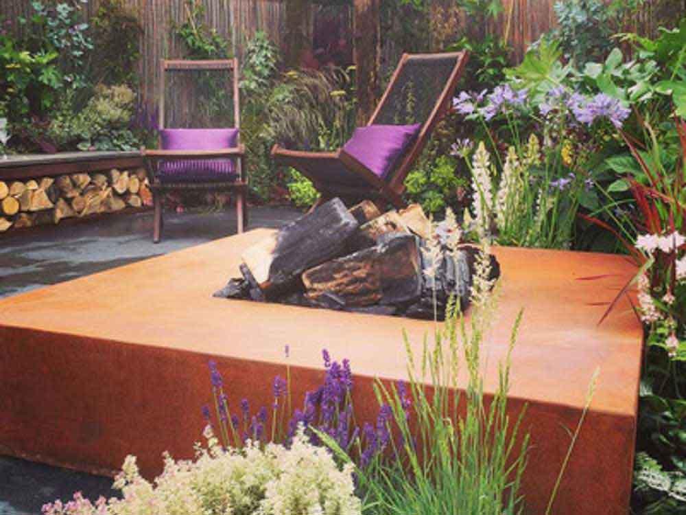 Feuerschalen in ausgefallener Optik sind ein Muss in der modernen Gartengestaltung.