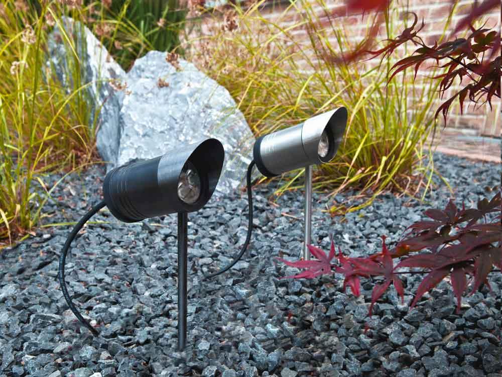 Garten-Spots setzen die Bepflanzung und die Klinkermauer atmosphärisch in Szene.