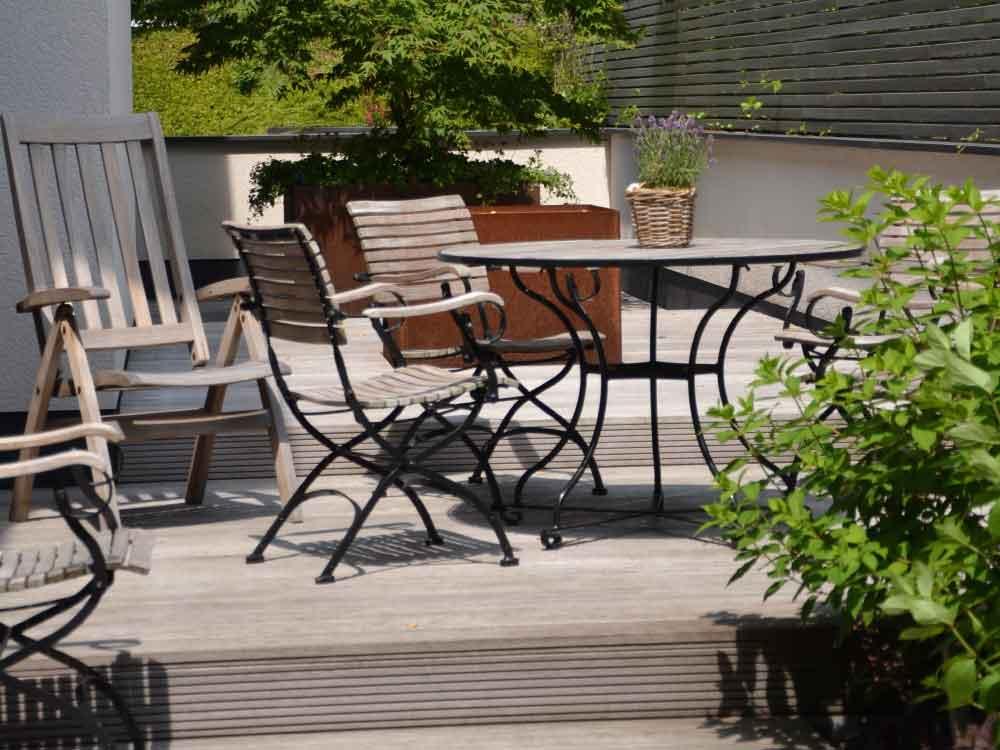 Privatgarten-Luestringen_Holzterrasse-Sichtschutz